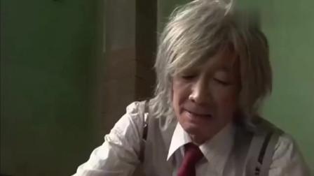 《假面骑士》老年翔太郎变身太逗了,手抖的记忆体都拿