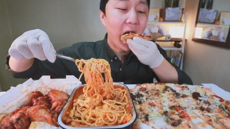 """韩国吃播:""""牛排披萨+意大利面+香草鸡翼"""",小哥一个人吃得真香"""