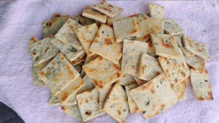 面粉这样做苏打饼干,葱香酥脆又解馋好吃,美味的年货小吃!