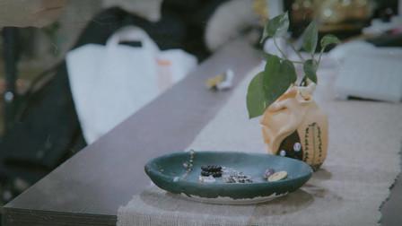 小时候的泥巴也是艺术品 这个女孩把它做成盘子 满满艺术感