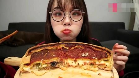 吃播大胃王,上海美女哎呦阿尤,吃芝士肉酱披萨,最喜欢烤鸭披萨!