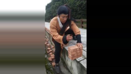 农村大哥苦练铁砂掌, 劈砖就像捏碎豆腐一样轻松, 果然是高手!