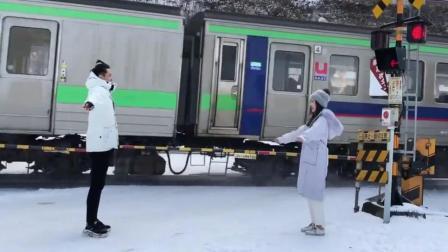 异地恋情侣见面, 都是这么浪漫的吗 网友: 撒了一火车的狗粮