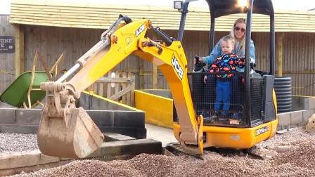 熊孩子们似乎对挖土机都情有独钟呢! 瞧瞧小家伙玩的多开心!