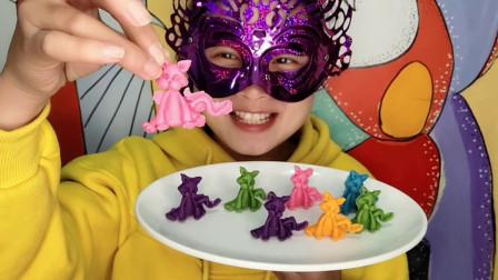 """小姐姐试吃""""3D立体小猫巧克力"""",不同颜色多种口味,好看更好吃"""