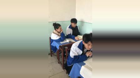 女孩套路同桌不能说黑色, 没想到反被同桌套路!