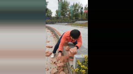 农村小伙武艺高强, 有着一双铁掌, 连续劈开数十块砖头!
