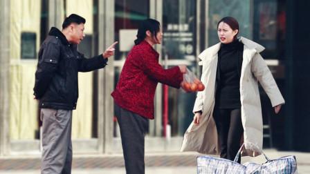 农村妈妈进城找女儿遭嫌弃,旁边大叔一句话点醒了女儿