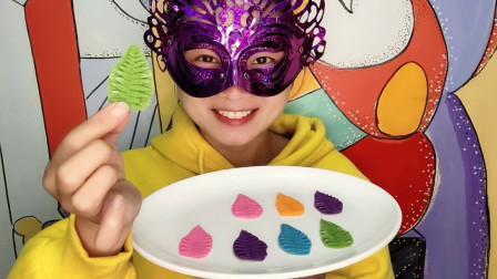 """小姐姐试吃""""凤尾蕨巧克力"""",造型逼真还美味,吃得好香甜"""