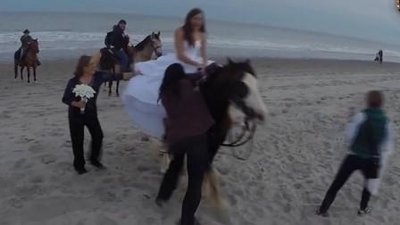 新娘骑马拍婚纱照,结果马儿失控被甩下马背
