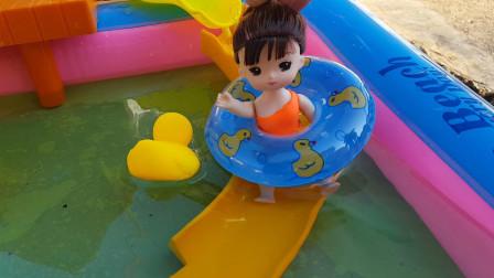 芭比和妹妹们带着游泳圈开车来到游泳池玩耍
