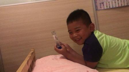 【7岁】6-30哈哈在趴在床上玩油漏玩具,傻笑盯着看很久.mp4