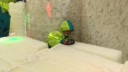【7岁】6-30哈哈在室内滑冰场跟玩超大大冰块IMG_0375.MOV