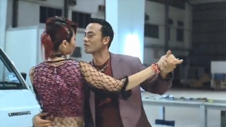 大敌当前男子居然和女友跳起舞来,结果这舞蹈比功夫还厉害!