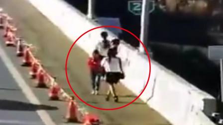 魔鬼的步伐?女子带3孩子高速路上跳舞 边走猫步边自拍