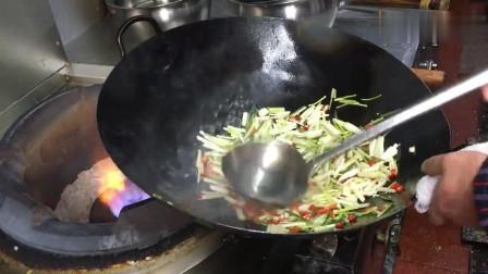 大厨炒菜为啥总不关水, 看这灶台水哗哗的流, 老板不心疼吗