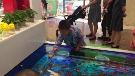 【7岁】7-2哈哈在环球港商城捞小金鱼IMG_0704.MOV