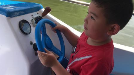 【7岁】7-10哈哈跟爸爸在桂林公园开电动船IMG_0737.MOV