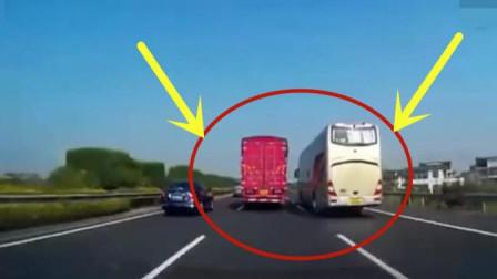 大巴车司机强行高速变道,记录仪拍下惊险画面