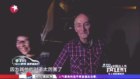 少年挑战邓丽君金曲《漫步人生路》,85岁爷爷在一旁伴舞