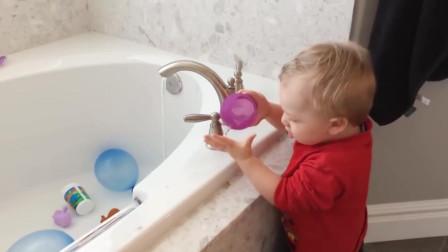 老外搞笑视频,宝宝太调皮了,第三个小家伙疼