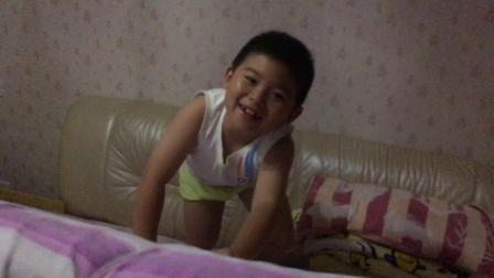 【7岁】8-3哈哈在家跟爸爸一起玩爬床垫游戏IMG_0785.MOV