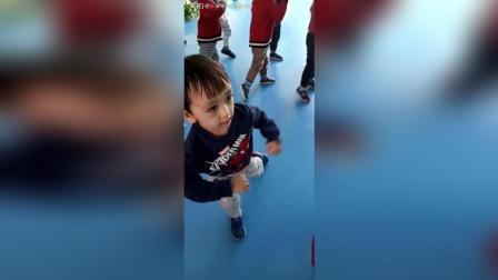 老师说在幼儿园跳舞跳得老好了(●°u°●) 」3岁11个月