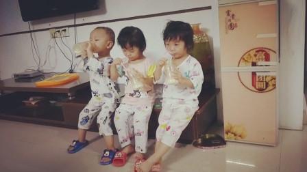 三胞胎喝奶,小宝贝们不好好喝,小姨拿针来威胁,立马老实喝上了