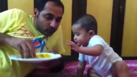 宝宝好想吃爸爸的饭,馋的直往前够,不料被爸爸一把拒绝,伤心了
