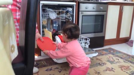 宝宝帮妈妈干活,拿起盘子一个个递给妈妈,这勤快的娃太可爱了