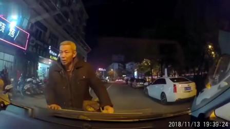 大爷追着小车碰瓷,要不是视频都不知有多荒唐