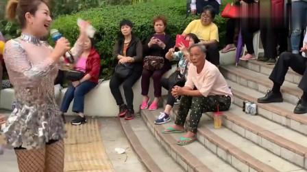 街头艺人演唱一曲老歌《舞女》经典的旋律,好听极了