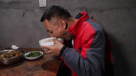 小伙在村里买了只土鸭, 大锅做出来和家人一起吃才是最香的