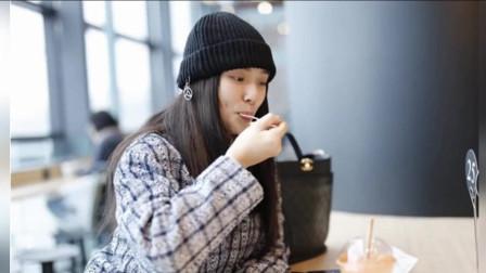 林允现身机场吃货本性不改 喝奶茶吃甜点不怕发福