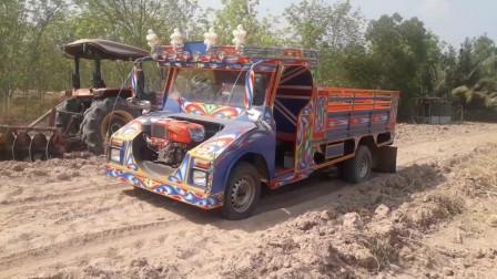 赛车小型拖拉机陷在泥沙!