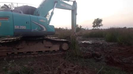 挖土机用力挖池塘