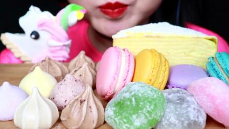 小姐姐吃网络流行的甜品大餐:马公主棉花糖爱不释口,你最爱哪一种呢?