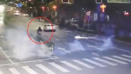 熊孩子骑摩托车放鞭炮 一条街瞬间火光四溅