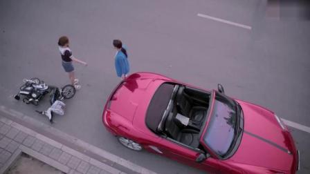 我不是精英:美女撞上豪车,把自己直接挂车顶上了,太逗