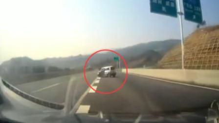 惊险!司机高速开车打瞌睡 失控撞上隔离带