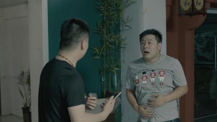 男生路上偶遇朋友,在卫生间门口聊茶道?
