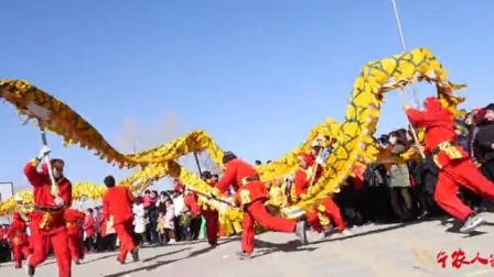 西北农村闹社火村长请来10多个舞龙师场面真壮观