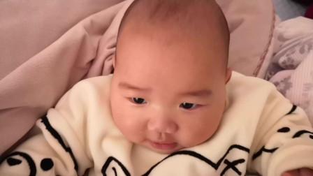 4个月大的宝宝想要自己坐起来,那表情好呆萌,简直太可爱了