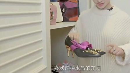 看看林允的衣橱,林允说她喜欢粉色款式,衣橱里有N双小白鞋