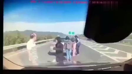高速上出车祸,一群人聚集处理,监控拍下他们人生最后五秒