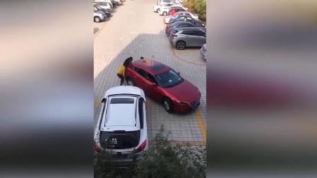当停车位遇上女司机,最后一幕我忍不住笑了!