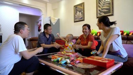 北京朋友送的点心, 小强妈妈舍不得吃, 全部留给孙女吃, 暖心