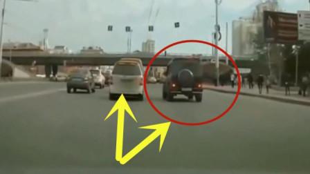奔驰司机因面包车司机未礼让,下车后竟做出无耻举止