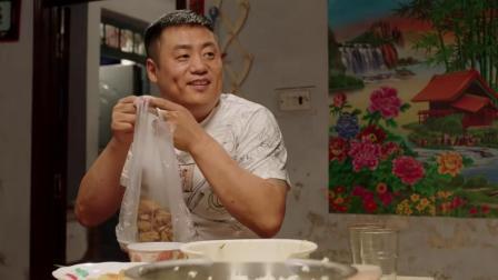 晓峰把家里的剩菜打包了,骗老宋说是去喂狗,其实是送去给姐姐了