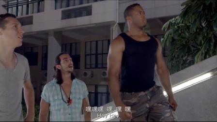 小伙和女友散步遇上外国人搭讪,小伙面对几个大块外国人一点不怂